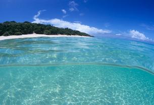 海の中から見た島 宮古島の写真素材 [FYI03885268]