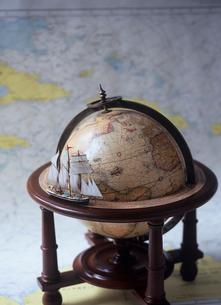 地球儀と帆船模型と海図の写真素材 [FYI03885304]