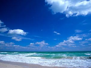 風の強い日のビーチの写真素材 [FYI03885371]
