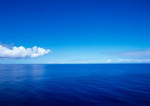 俯瞰で見た海面と水平線の写真素材 [FYI03886241]