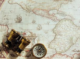 古い世界地図と双眼鏡とコンパスの写真素材 [FYI03886359]