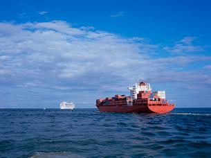 出港していく貨物船の写真素材 [FYI03886384]