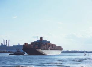 タグボートに付き添われて入港してくる貨物船の写真素材 [FYI03886387]
