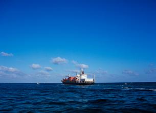 出港していく貨物船の写真素材 [FYI03886388]