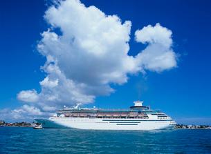 客船と雲 キーウエストの写真素材 [FYI03886392]