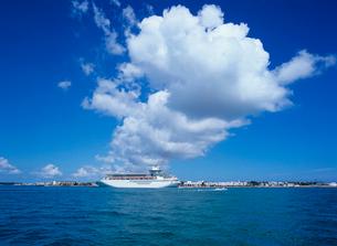 客船と雲 キーウエストの写真素材 [FYI03886393]