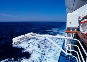 客船の舷側と海面の写真素材 [FYI03886426]