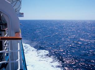 客船の舷側と海面の写真素材 [FYI03886433]