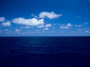海面と水平線と雲の写真素材 [FYI03886444]