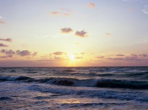 夜明けの海岸と波 フロリダの写真素材 [FYI03886470]