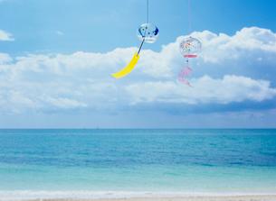 風鈴と海と雲の写真素材 [FYI03886476]