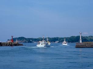 出港するカツオ漁船の写真素材 [FYI03886536]
