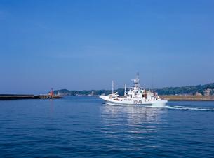 出港するカツオ漁船の写真素材 [FYI03886541]