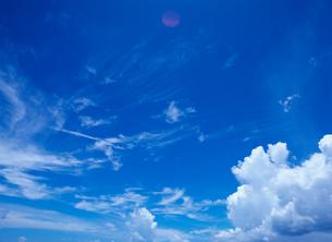 青空とすじ雲と入道雲 宮古島の写真素材 [FYI03886632]
