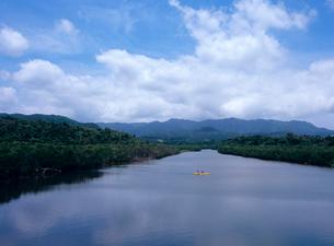 前良川とカヌー 西表島の写真素材 [FYI03886679]