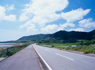 海辺の道路 西表島の写真素材 [FYI03886683]