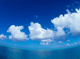 海面と水平線と雲の写真素材 [FYI03886795]