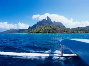 波を切るカヌーのアウトリガーと島 ボラボラ島の写真素材 [FYI03886799]