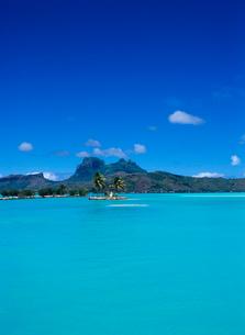 空港から見たオテマヌ山 ボラボラ島の写真素材 [FYI03886802]