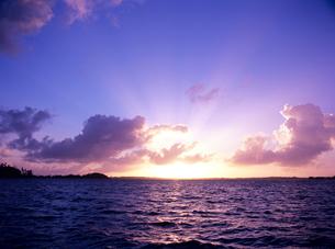 朝日と海と島の写真素材 [FYI03886849]