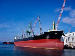 造船所で進水後の艤装作業中の貨物船の写真素材 [FYI03886864]