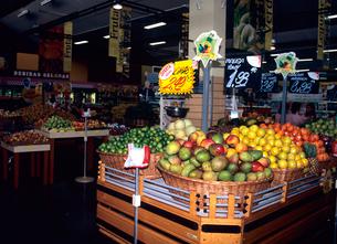 スーパーの果物売り場 ブラジルの写真素材 [FYI03886887]