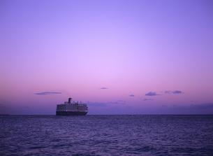 夕景の中を出港する客船 ニューアムステルダムの写真素材 [FYI03886951]