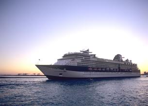 夕景の中を出港する客船 セレブリティーコンステレーションの写真素材 [FYI03886952]
