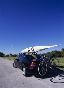 車に積まれたカヌーと自転車の写真素材 [FYI03886973]