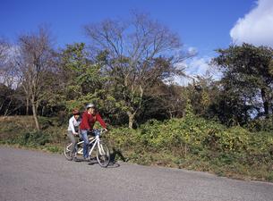 タンデム自転車に乗る夫婦の写真素材 [FYI03887054]