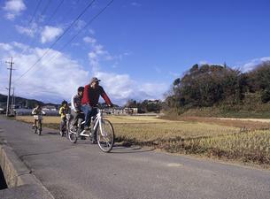 タンデム自転車に乗る家族の写真素材 [FYI03887056]