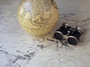 地図と双眼鏡と地球儀の写真素材 [FYI03887073]