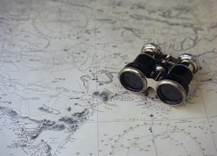 地図と双眼鏡の写真素材 [FYI03887075]