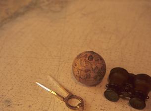 海図と双眼鏡と地球儀とデバイダーの写真素材 [FYI03887077]