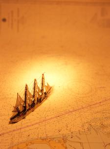 海図と帆船模型の写真素材 [FYI03887079]
