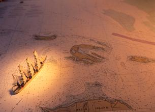 海図と帆船模型の写真素材 [FYI03887085]