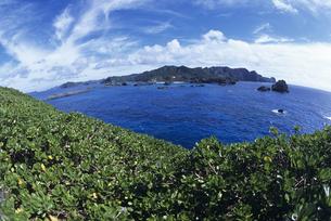 南島から父島を見るの写真素材 [FYI03887198]