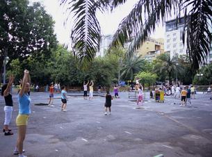 公園で体操する人々の写真素材 [FYI03887324]
