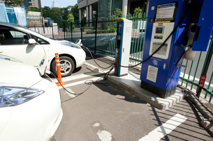 充電中の電気自動車の写真素材 [FYI03887670]