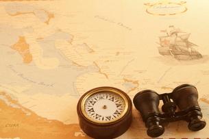 古い地図と双眼鏡とコンパスの写真素材 [FYI03887736]
