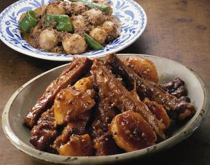 スペアリブの煮物と里芋のそぼろ煮の写真素材 [FYI03894038]