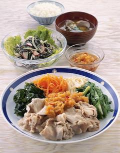 豚肉と野菜のおろしソースの写真素材 [FYI03894363]