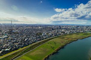 東京都葛飾区エリアの街並みと江戸川 空撮の写真素材 [FYI03910359]
