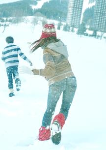 雪合戦をしている2人の若者の写真素材 [FYI03910495]