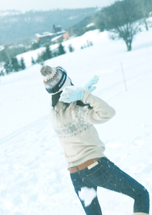 雪玉を構える女性の写真素材 [FYI03910496]