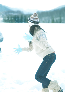 雪合戦をしている2人の若者の写真素材 [FYI03910498]