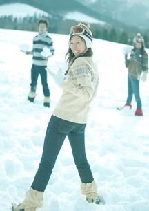 雪玉を構える3人の若者の写真素材 [FYI03910500]