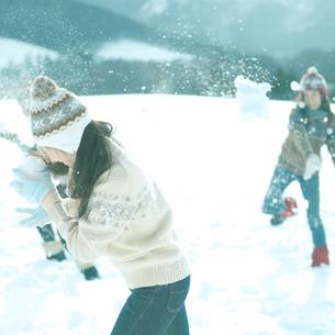 雪合戦をしている2人の若者の写真素材 [FYI03910501]