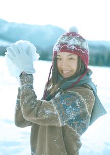雪玉を構える女性の写真素材 [FYI03910502]