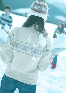 雪玉を構える女性の背中の写真素材 [FYI03910503]